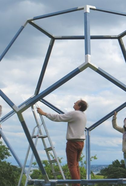 Der Dodekaeder fast aufgebaut